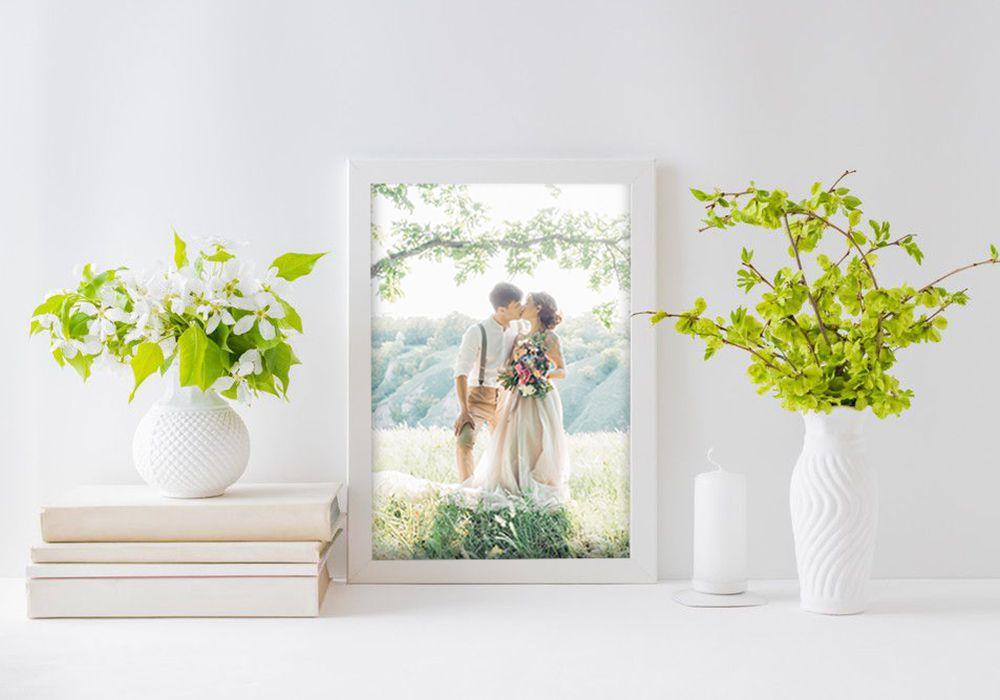 結婚の前撮り写真を部屋に飾っている