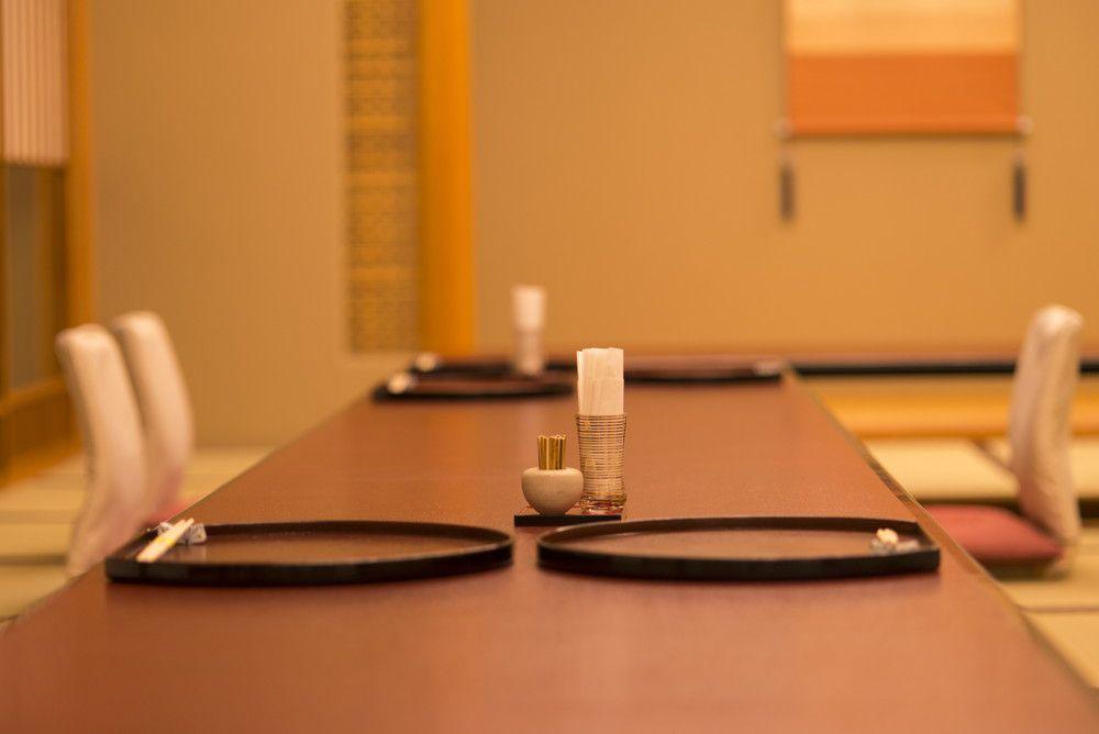 料亭の部屋の机にお盆が置かれている