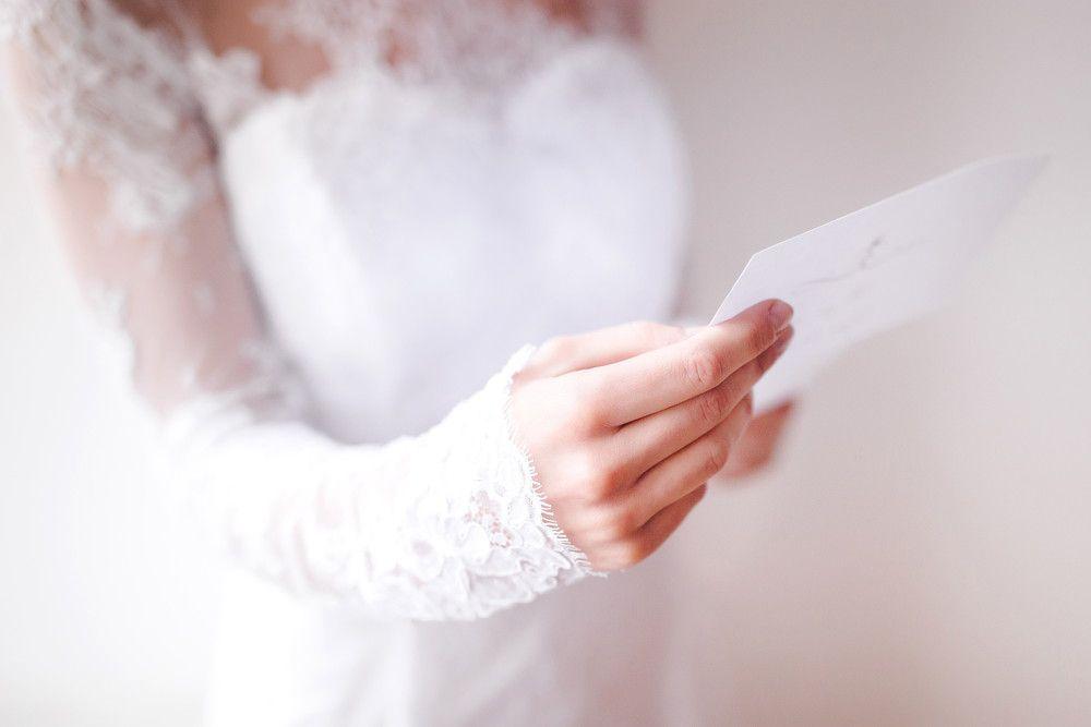 結婚式で花嫁の手紙を読むシーン