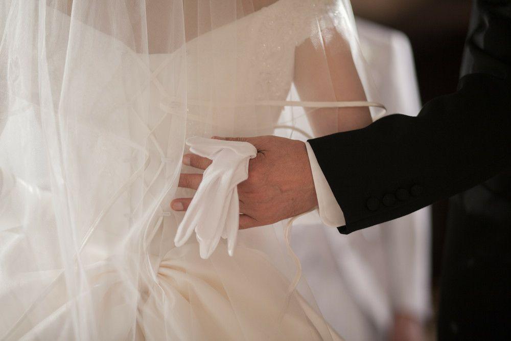 花嫁の背中を押す父親