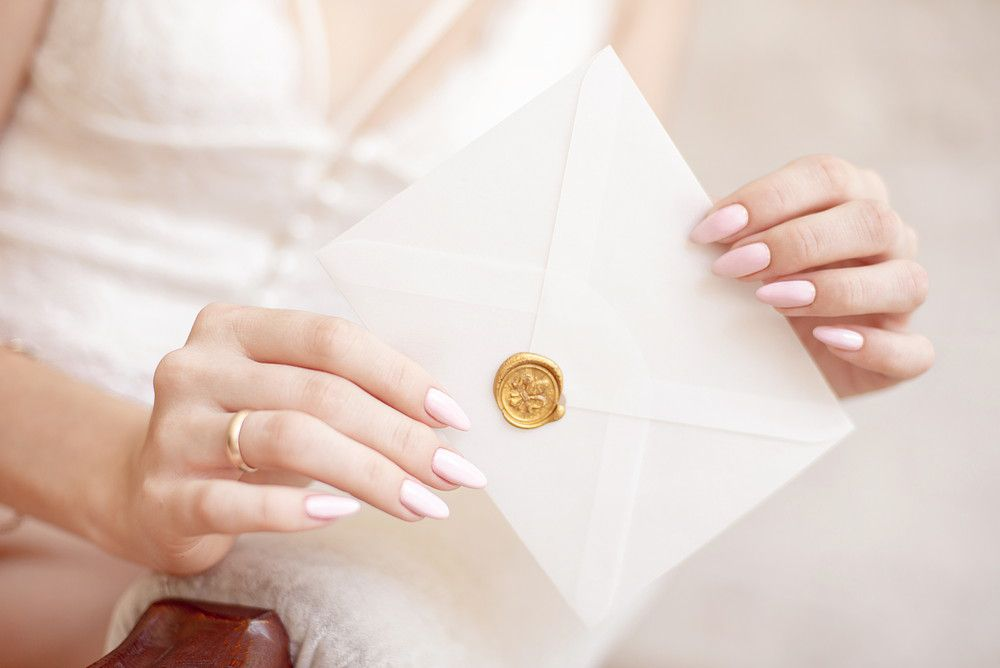 手紙を持っている新婦