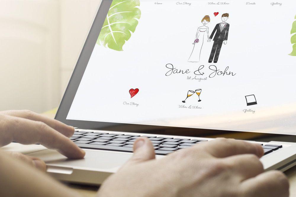 オンライン結婚式のサイトをパソコンで見ている