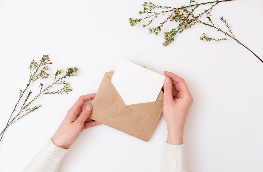 手紙を封筒に入れている