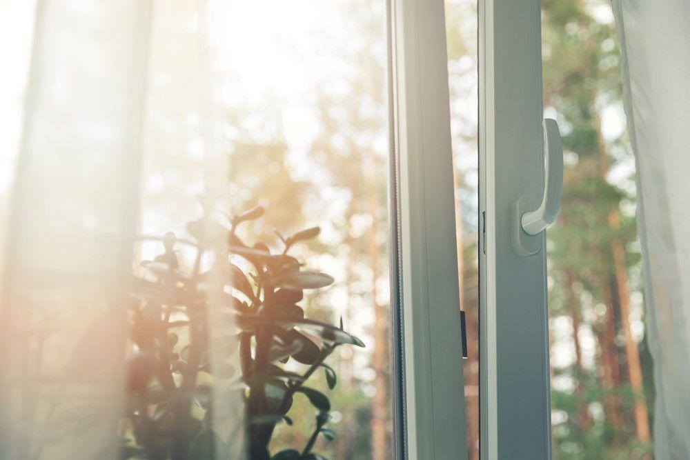 窓を開けて換気をしている