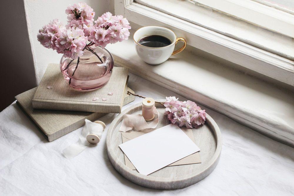 花瓶やコーヒーカップと一緒にメッセージカードが机に置かれている