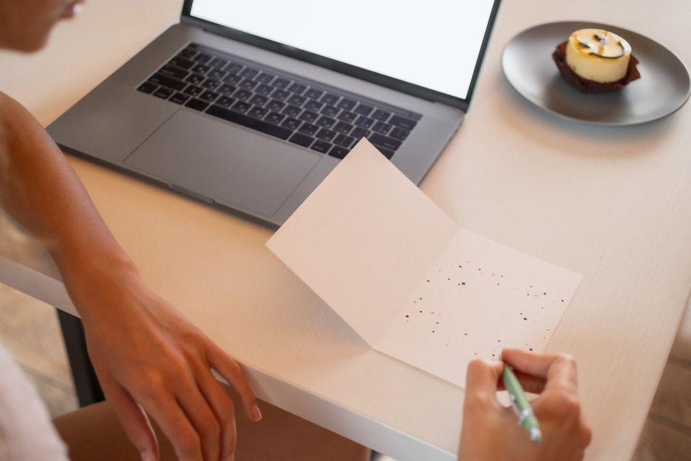 パソコン前で手紙を書いている