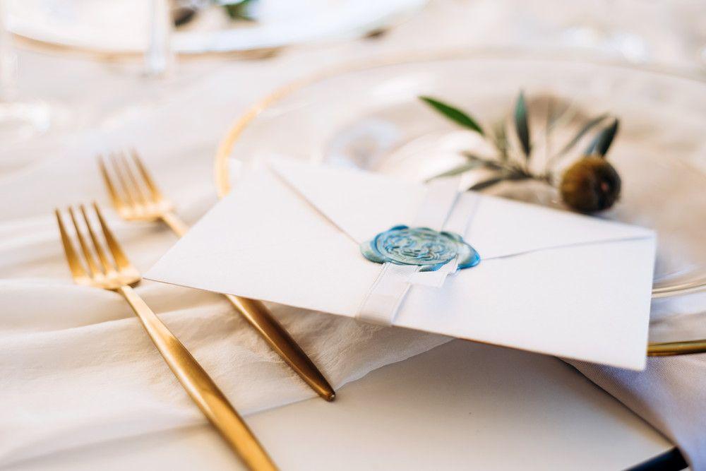 テーブルの上に手紙を置いている