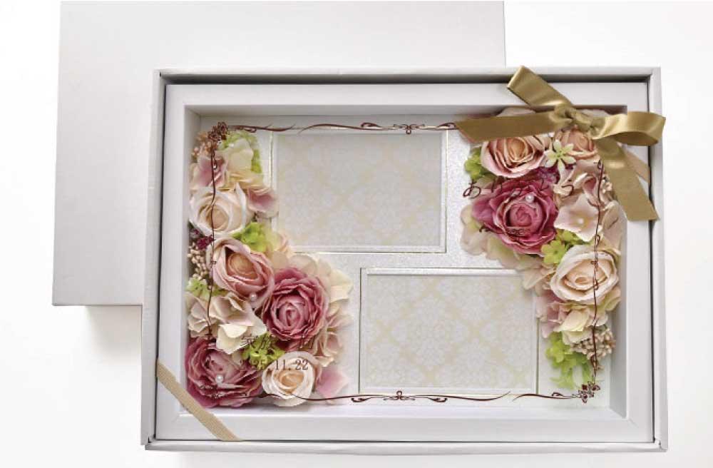 二枚の写真フレームとピンクのお花アレンジとガラス面に名前とメッセージが入るフォトフレーム型感謝状