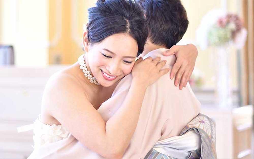 花嫁と抱き合う祖母イメージ