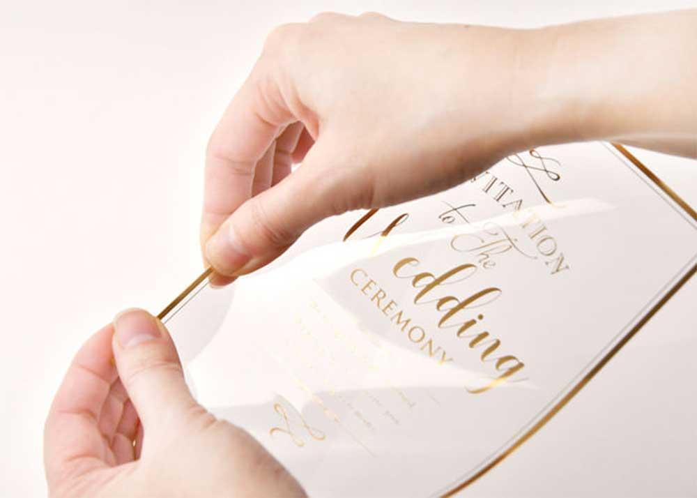 結婚式のペーパーアイテムの手作りキットを作成している手元