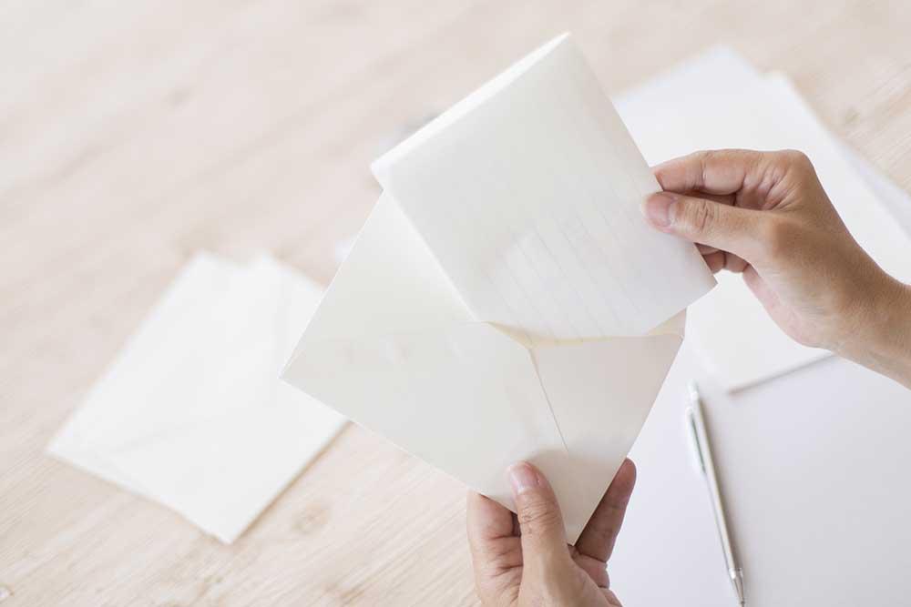 白いレターセットの手紙を取り出す