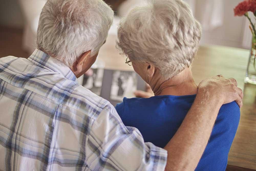 アルバムを一緒に眺める祖父母