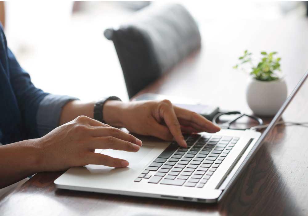 パソコンのキーボードを打つ人