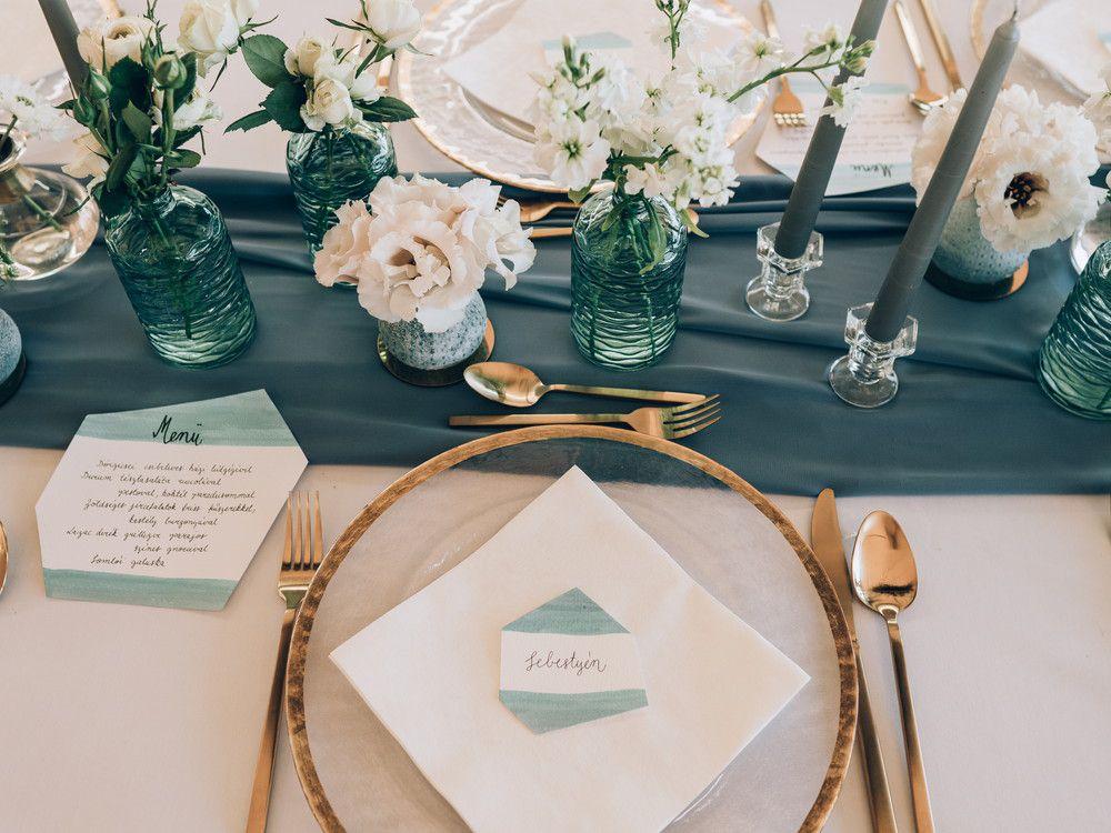 結婚式でテーブルのお皿の上に席札が乗っている