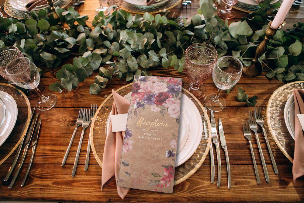 結婚式でテーブルのお皿に席次表が乗っている