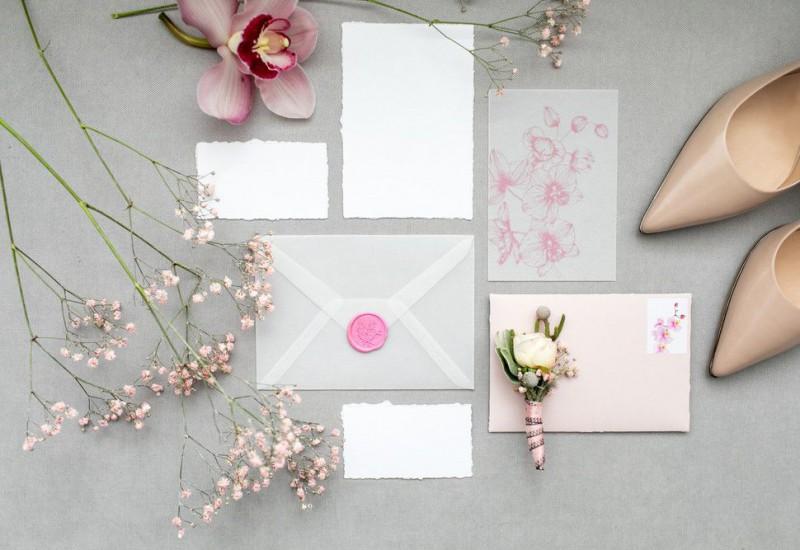 淡いピンクの招待状