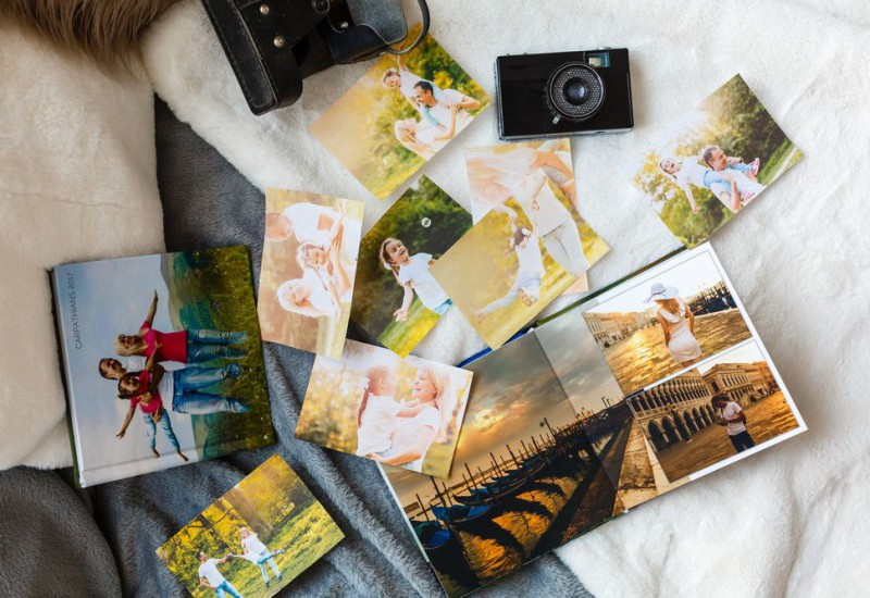 ベッドに写真とアルバムを広げている