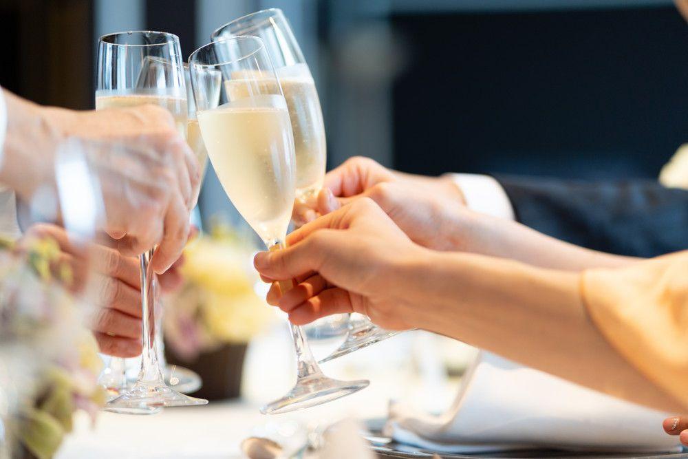 食事会シャンパンで乾杯している