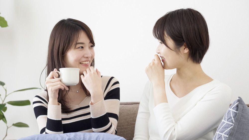 友人と話をする女性
