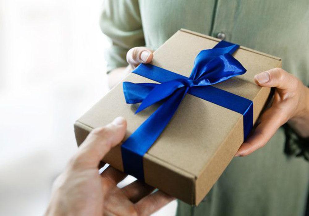 プレゼントを手渡している