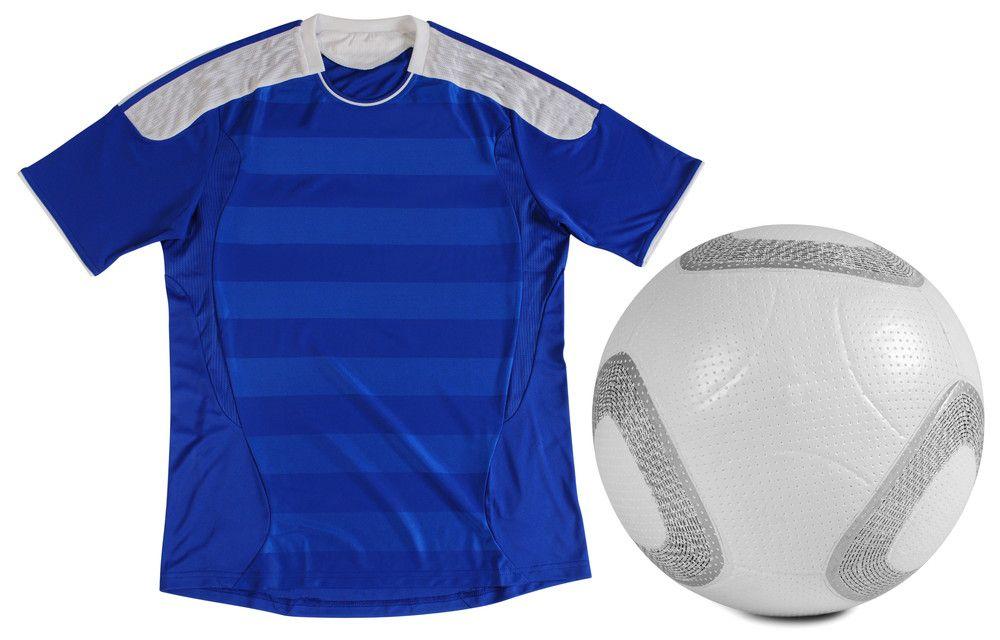 青いサッカーのユニフォームとボール