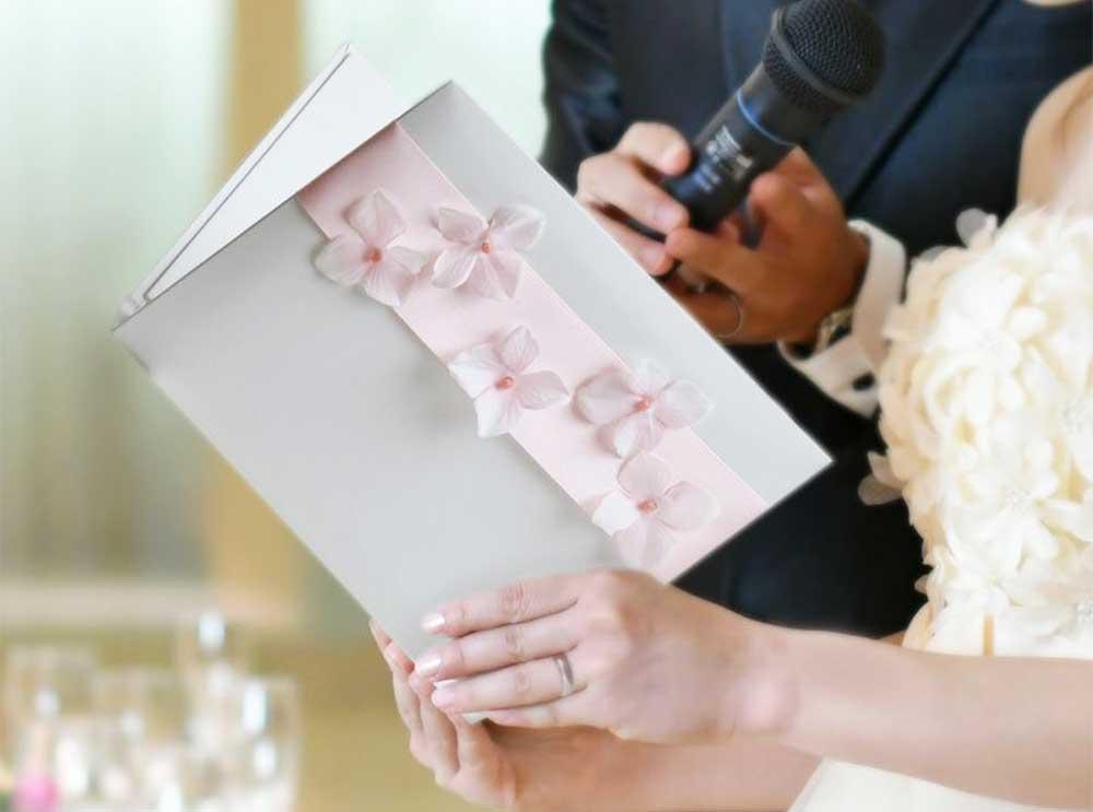 結婚式のお手紙シーンを華やかに演出するアジサイとリボンが飾りつけられたバインダータイプのお手紙ブック